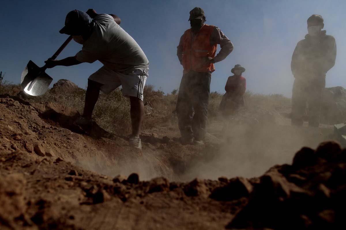 Descubrieron el cadáver de una mujer enterrada en su patio