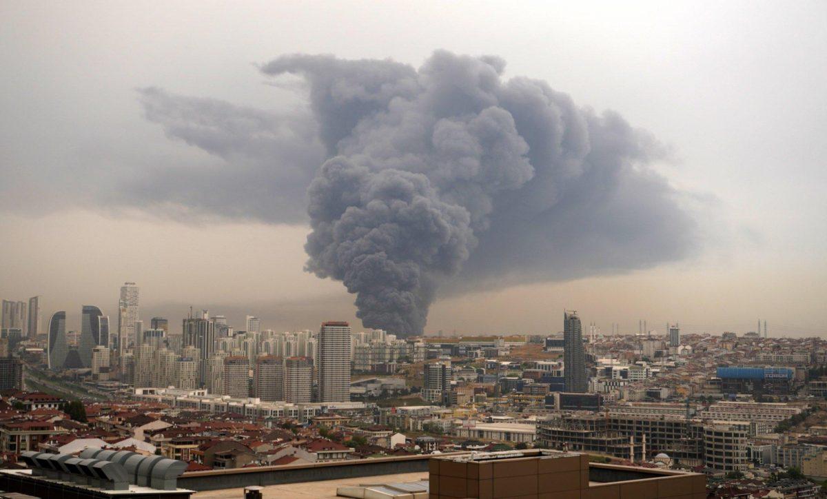 Impresionantes imágenes de un enorme incendio en Estambul