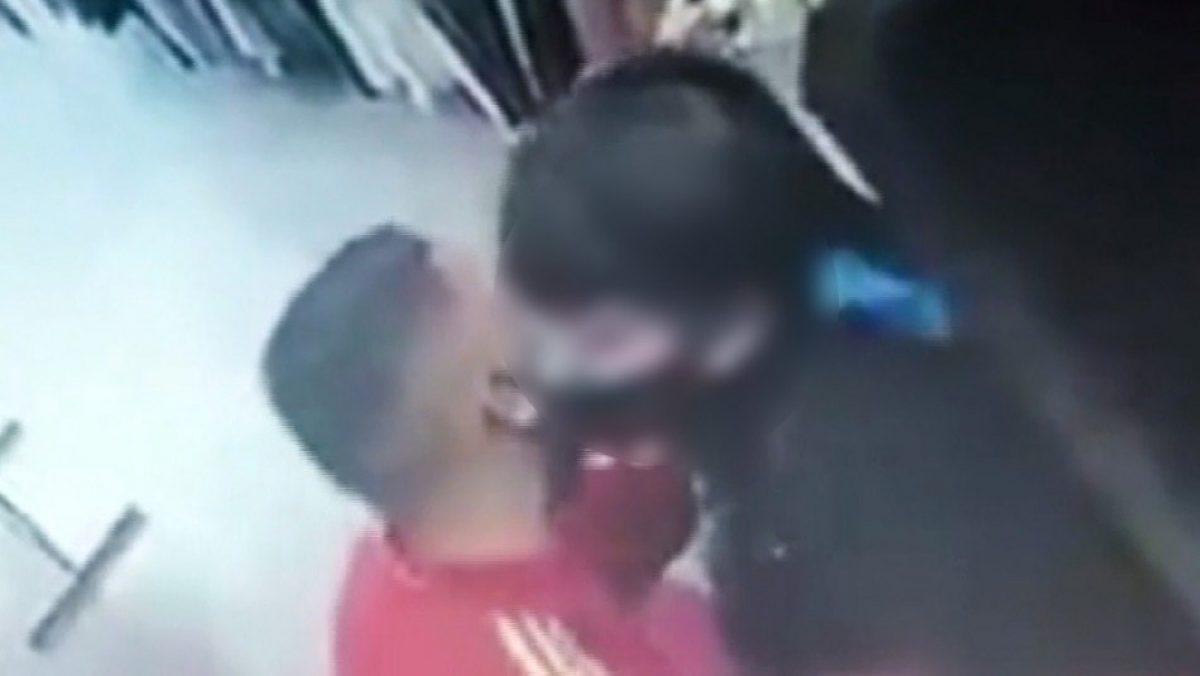 VIDEO | Delincuente besó a la víctima después de asaltarla