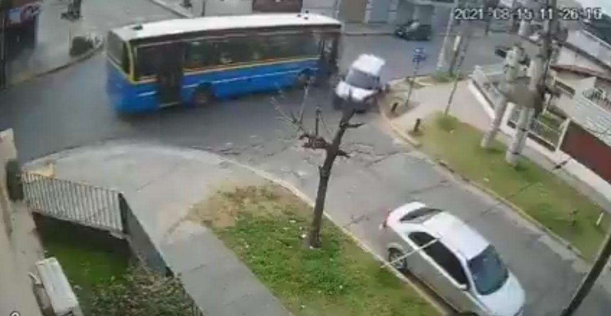 Madre y su bebé caen de un bus tras el choque contra una camioneta