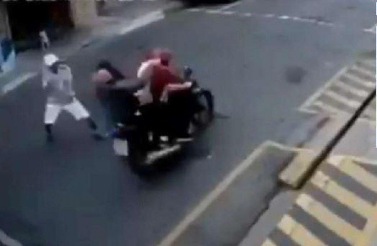Delincuentes huían en moto y le cayeron a escobazos