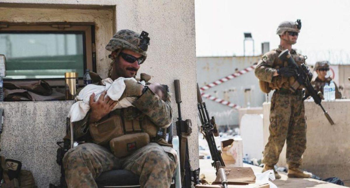 Fotos de soldados estadounidenses cuidando a bebés afganos conmueven al mundo