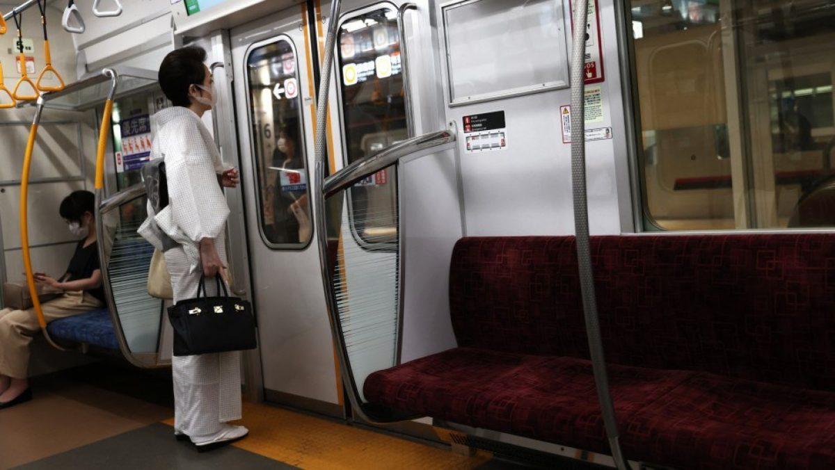 Sujeto lanza ácido a dos personas en estación de tren en Tokio