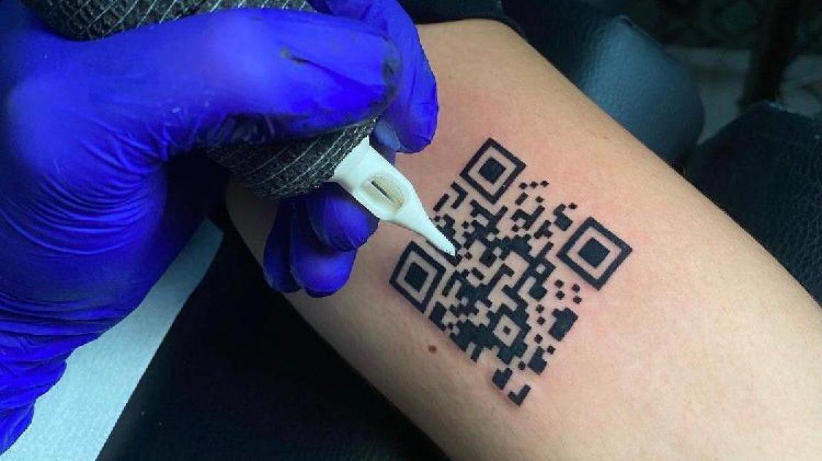 Joven se tatuó certificado de vacunación de covid-19