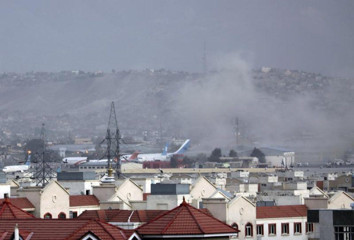 """El Pentágono confirma """"víctimas"""" en explosión cerca del aeropuerto de Kabul"""