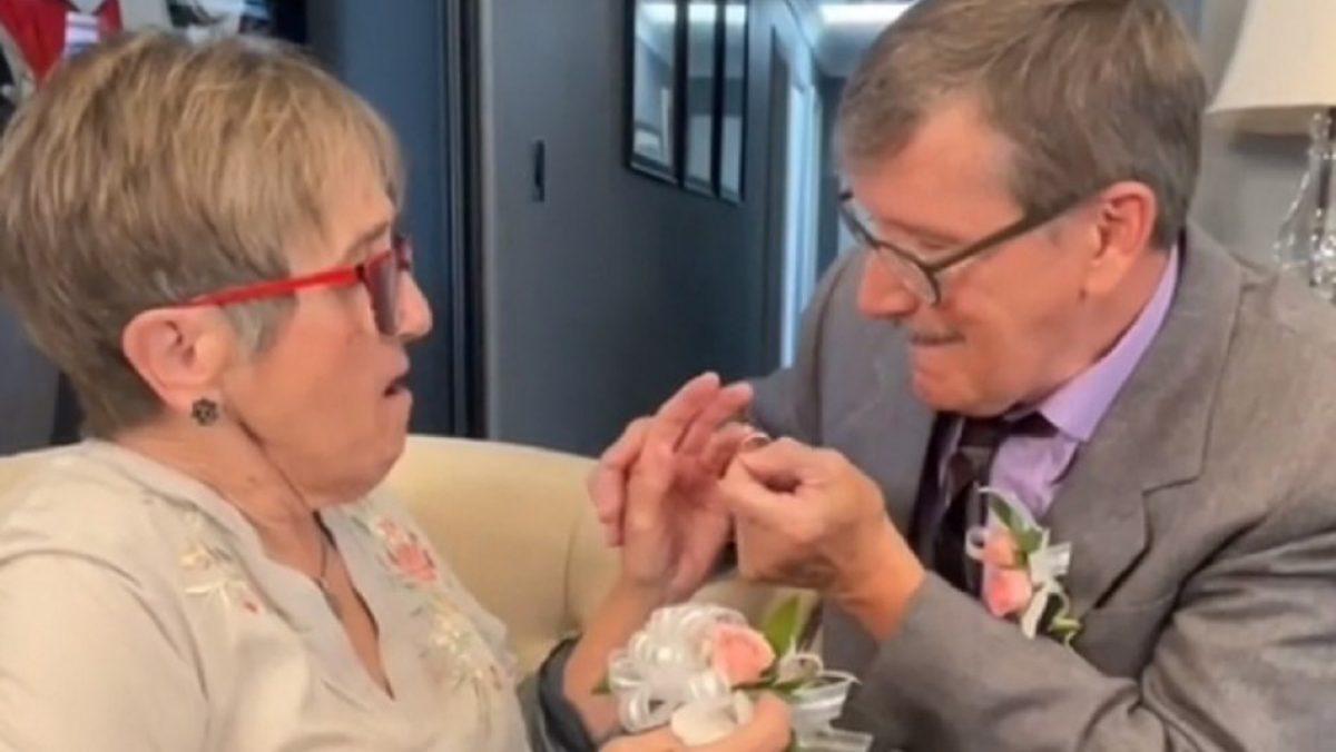 Después de 45 años de casados, le propone matrimonio cada semana a su esposa con Alzheimer