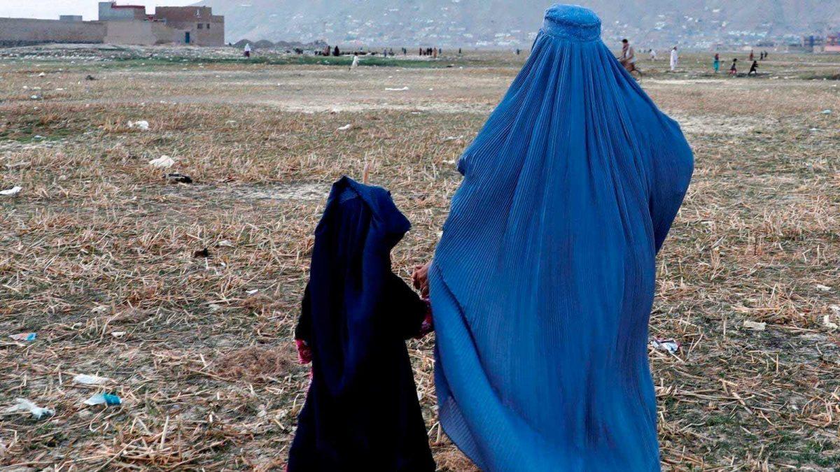 Padre afgano vende a su hija por 500 dólares para salvar a su familia