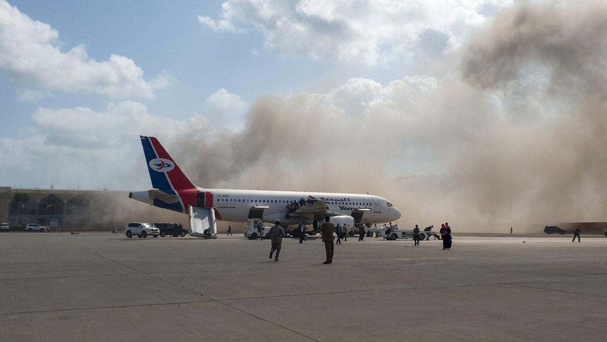 Avión aterriza de emergencia después de que un pasajero intentara abrir la puerta en pleno vuelo