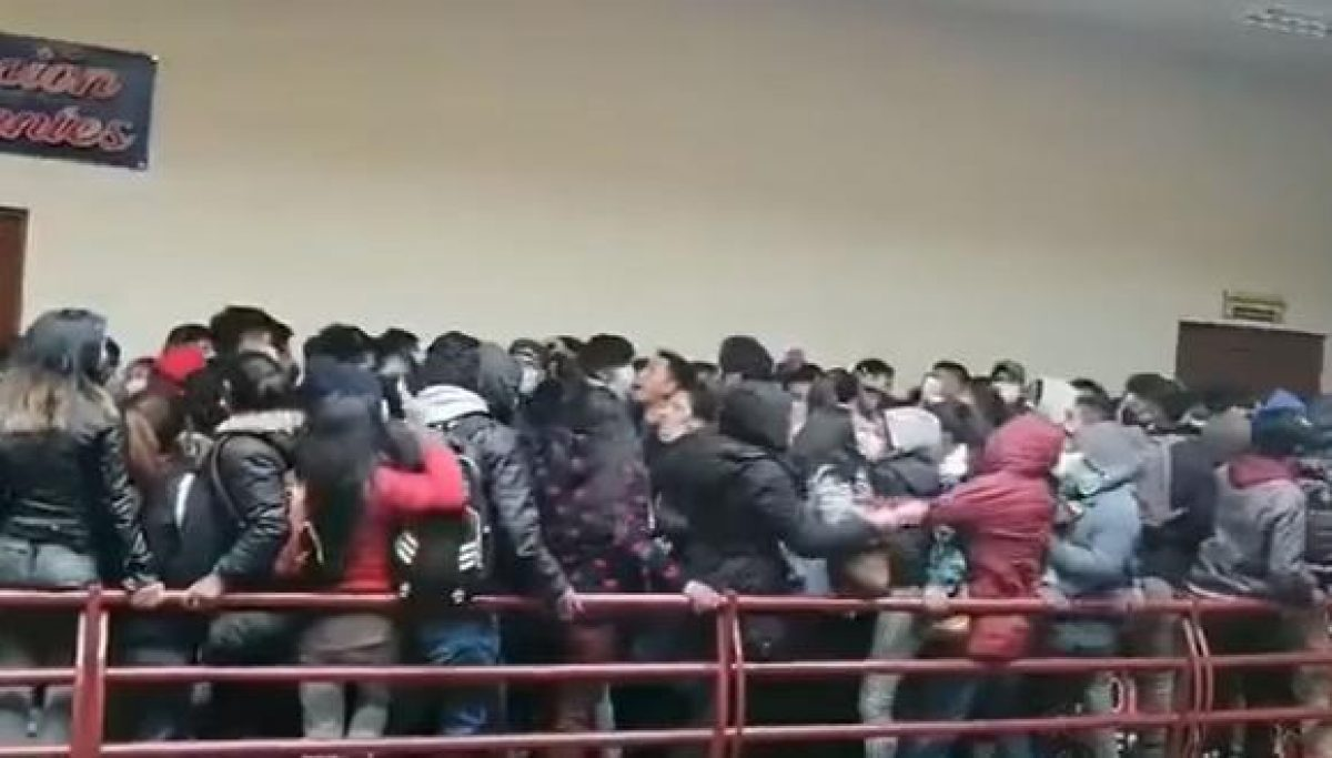 El impactante momento en el que varios estudiantes caen de un cuarto piso en universidad boliviana