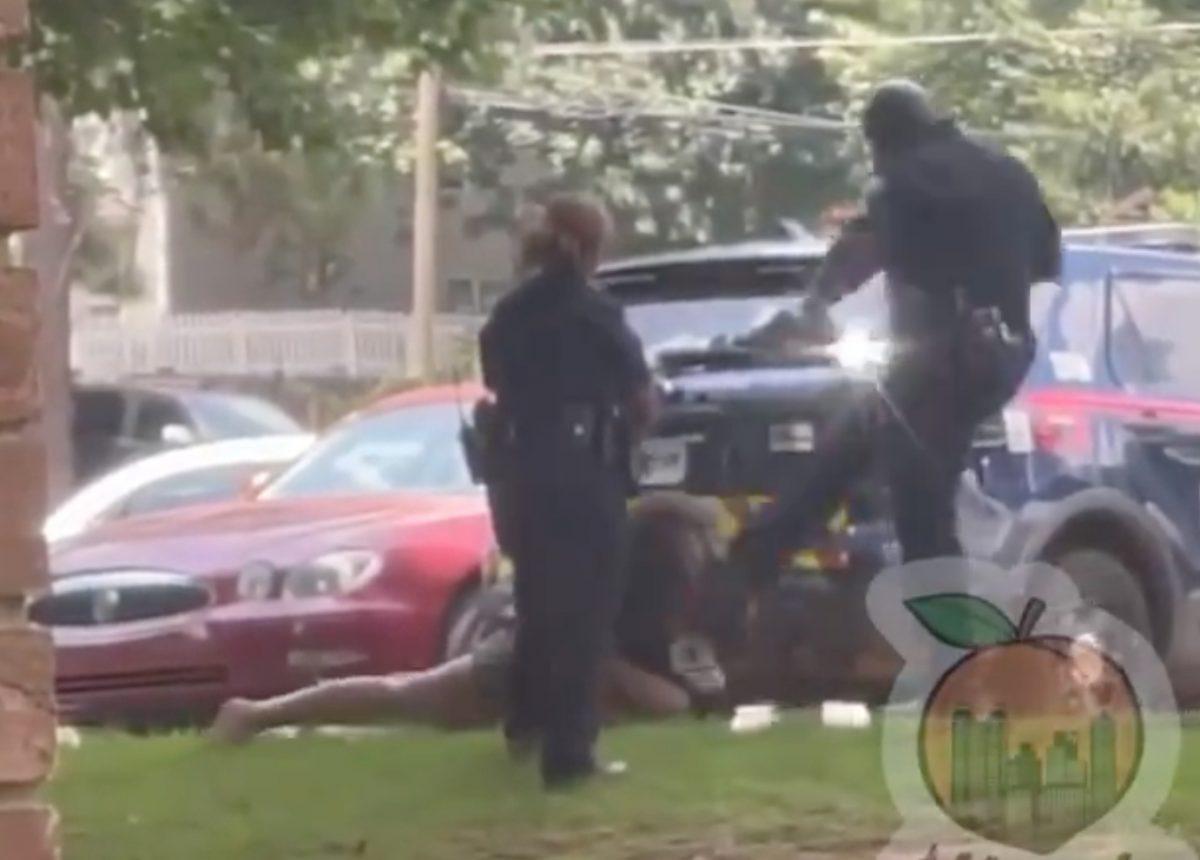 Policía golpea en la cara a una mujer esposada en Estados Unidos