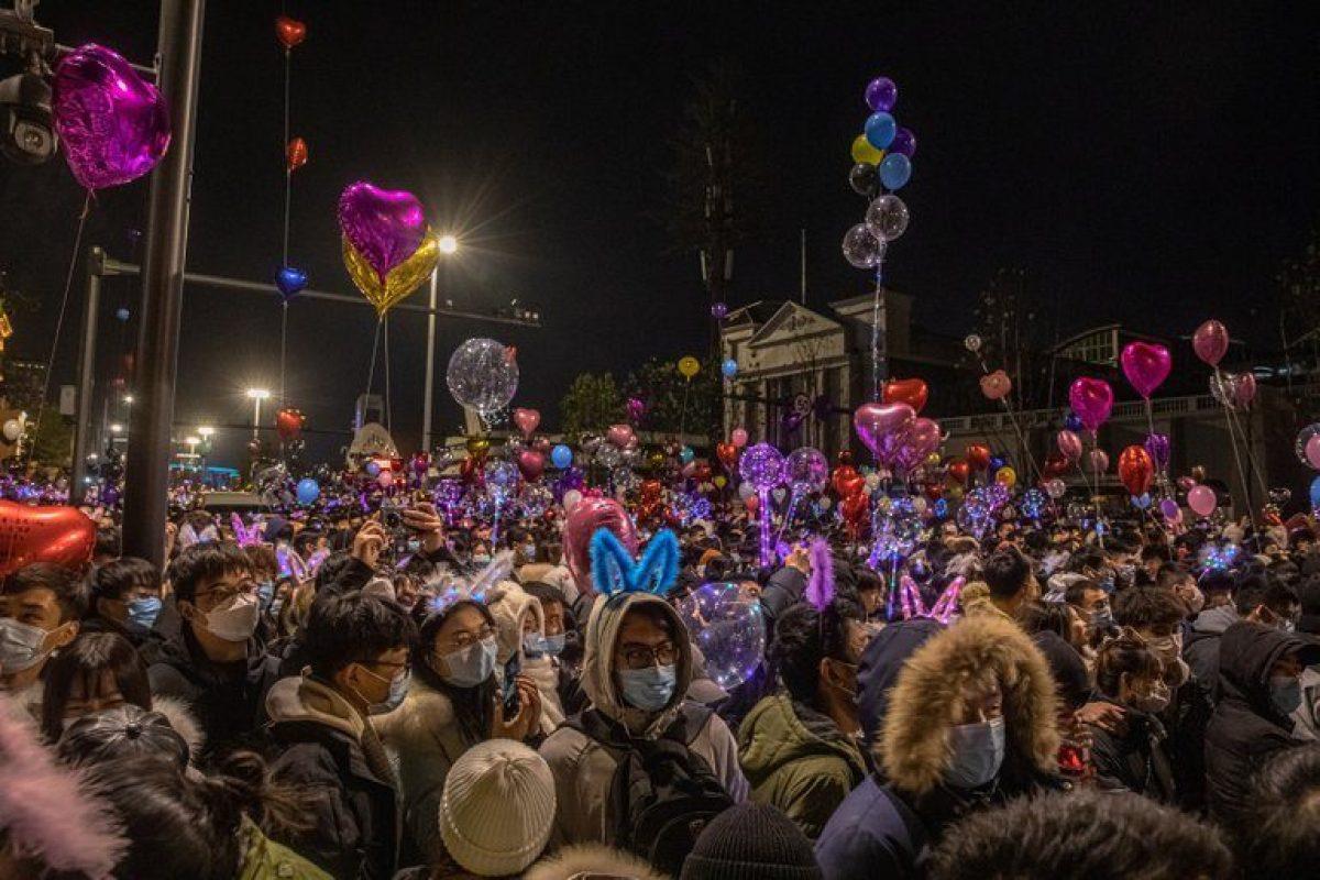 Multitudinario festejo de año nuevo en Wuhan, ciudad donde se originó el COVID-19