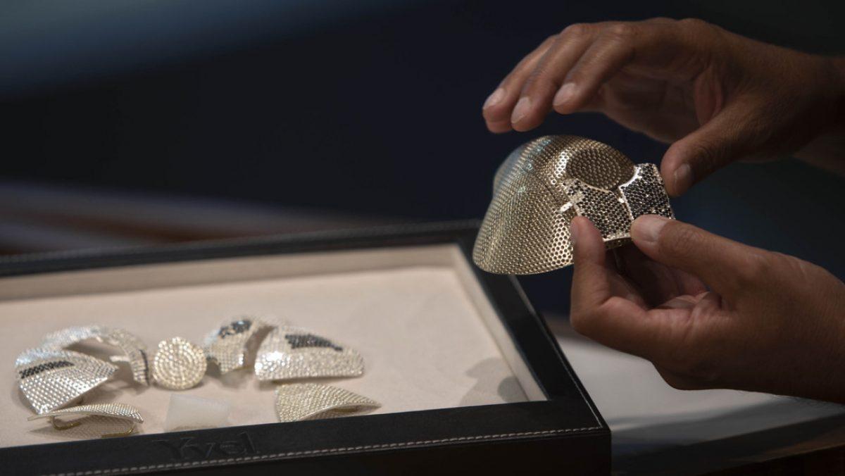 FOTOS | Muestran la mascarilla contra el coronavirus más cara del mundo, hecha con 3.600 diamantes