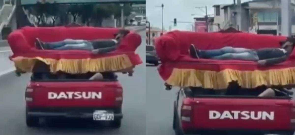 Captan a una persona durmiendo en un mueble transportado por un carro