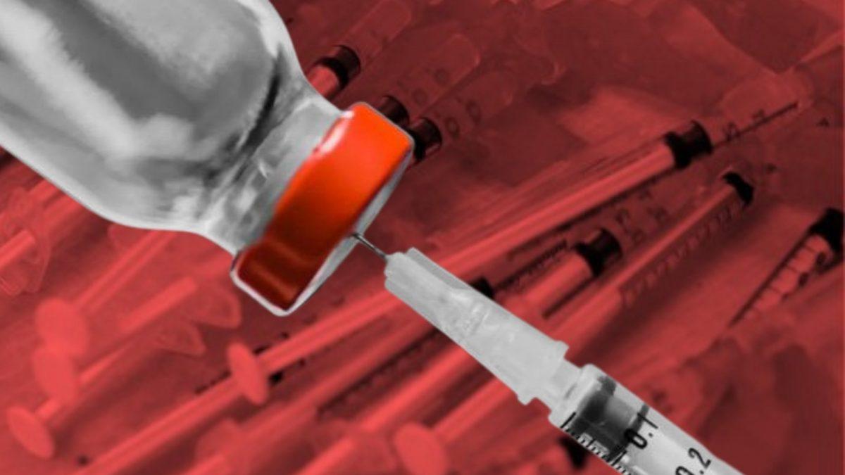 Enfermera inyecta a miles de personas agua salina en vez de la vacuna contra covid-19