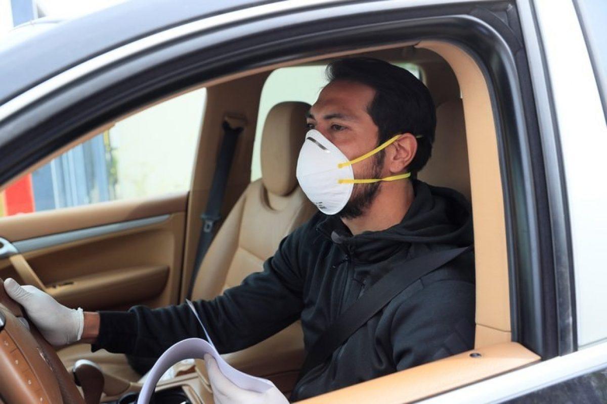 Cómo conducir un auto en forma segura para no contraer COVID-19, según los científicos