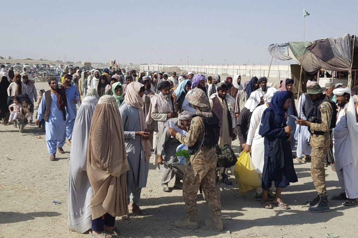 """Miles de afganos atrapados en la """"tierra de nadie"""" cercana al aeropuerto de Kabul"""