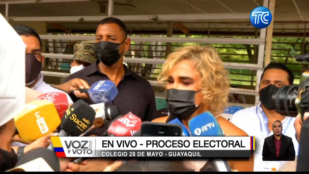 Así  sufragó la alcaldesa de Guayaquil Cynthia Viteri