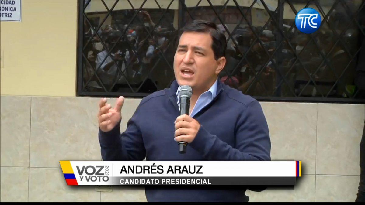 El candidato presidencial Andrés Arauz acompañó a una comerciante a sufragar en Quito