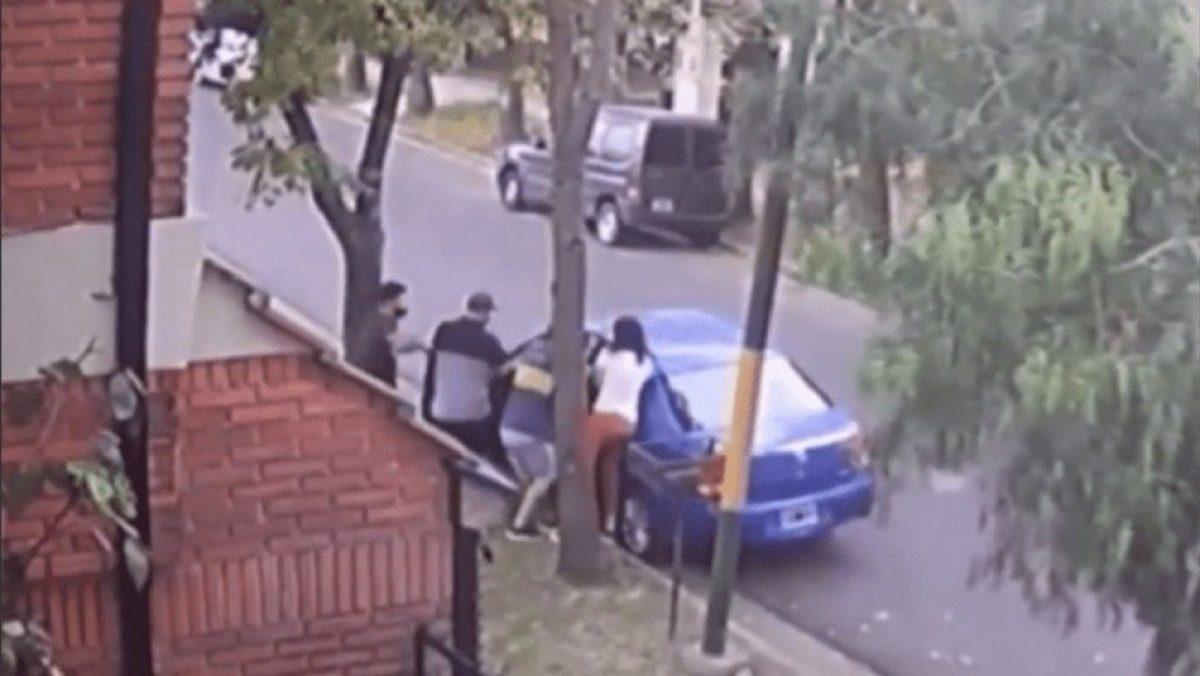 Madre defiende a su hijo de varios delincuentes en Argentina