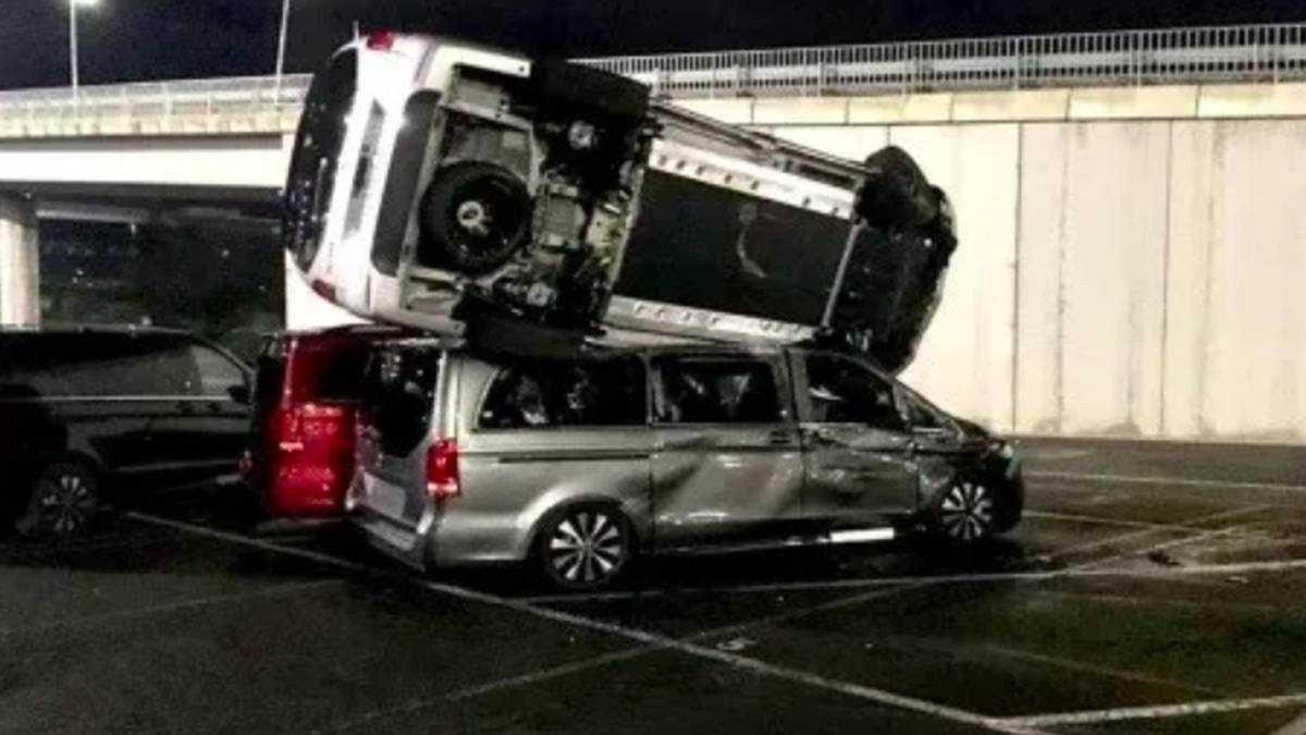 Un exempleado destruyó 50 vehículos nuevos con una excavadora