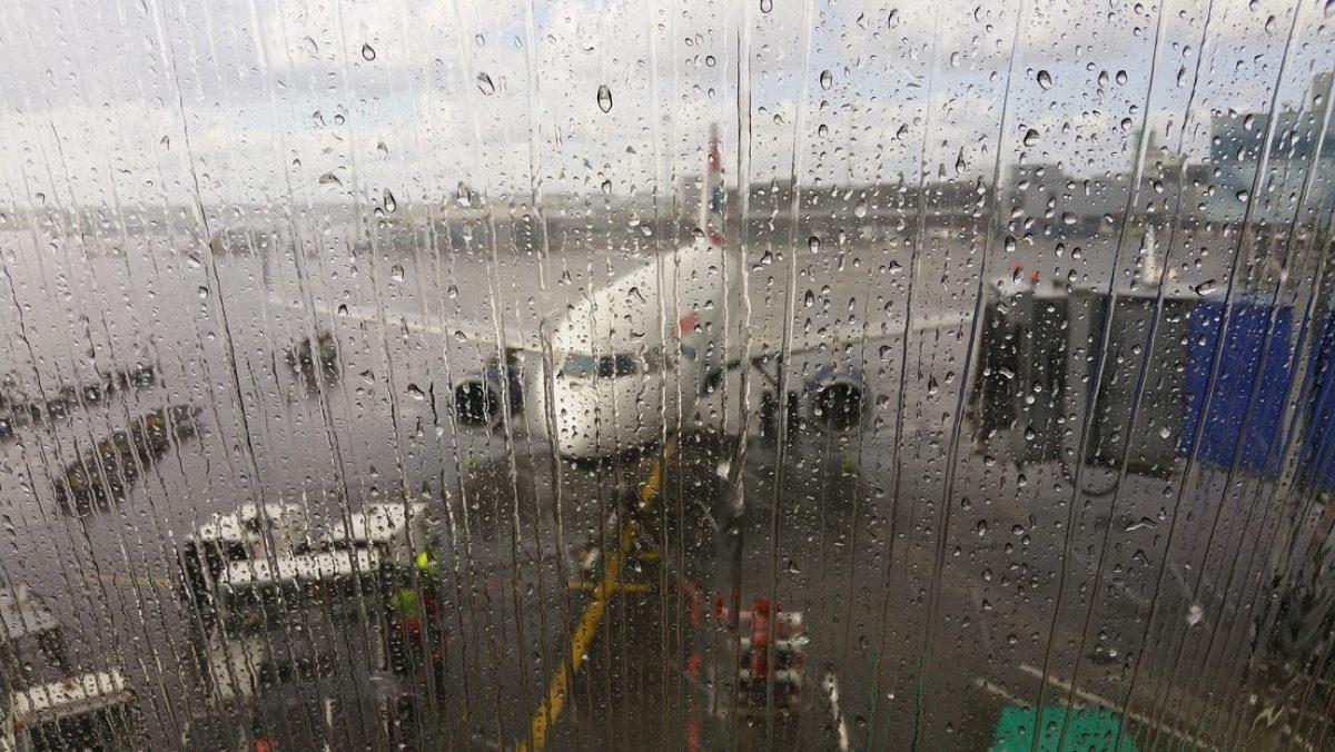 VIDEO | Pasajeros a bordo de un avión se protegen de 'lluvia' debajo con paraguas