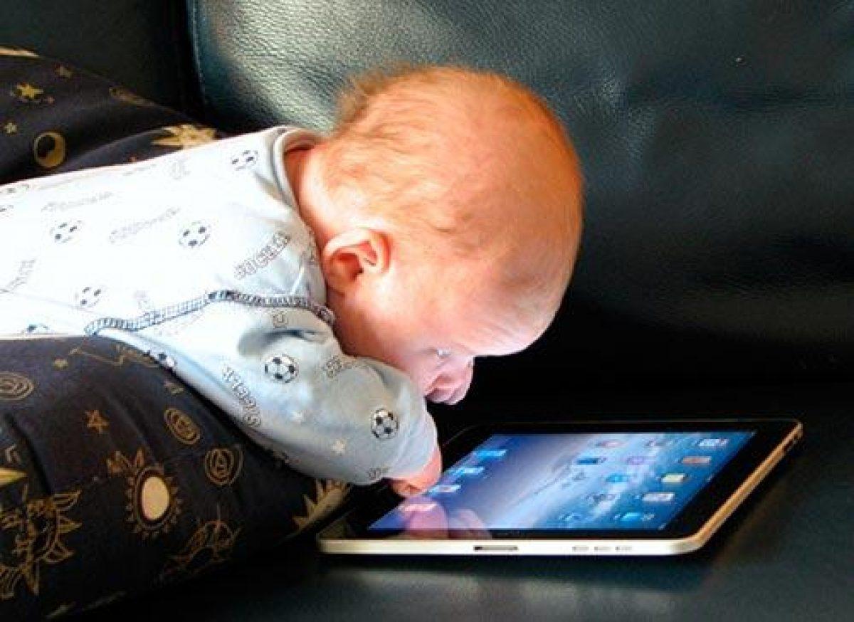 Un bebé de 10 meses que jugaba con un iPad compra una actualización de 10.000 dólares para un carro