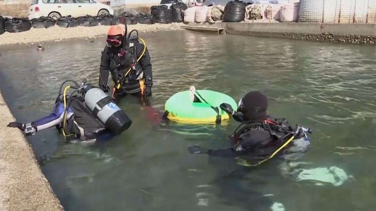 Bucea cada semana para buscar los restos de su esposa tras el tsunami de 2011 en Japón