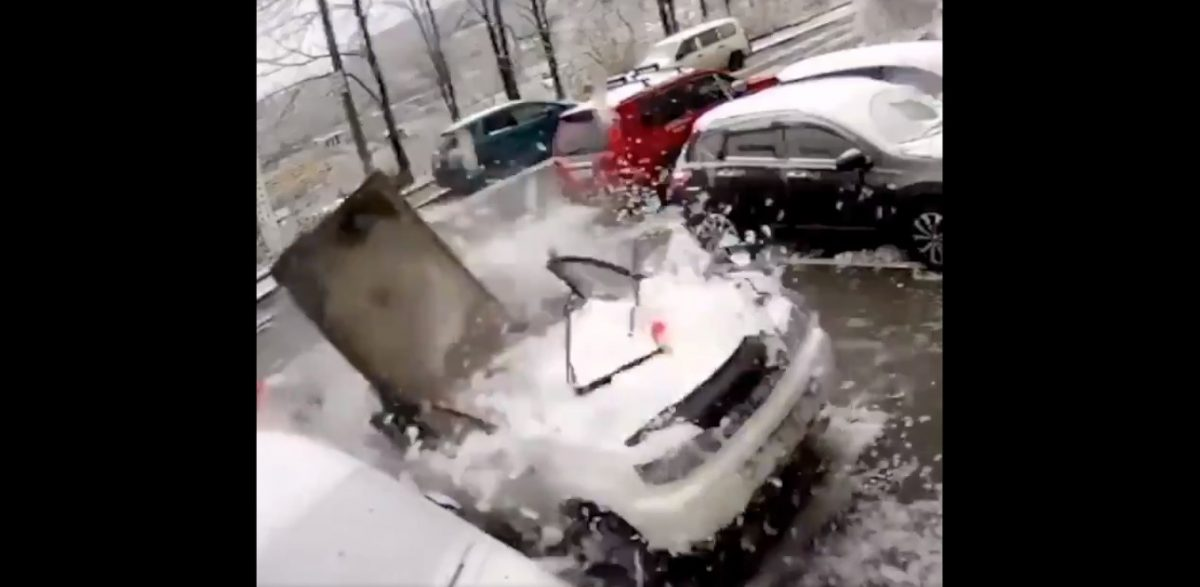 VIDEO | Limpiaba su carro cuando cayó una placa de 2 toneladas