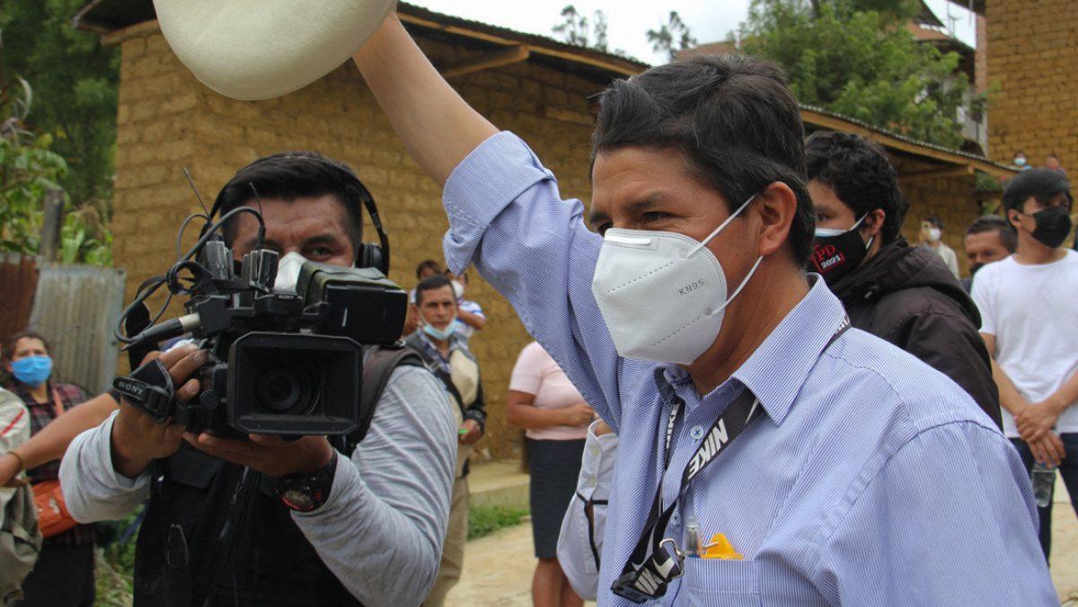 Quién es Pedro Castillo, el docente que sorprendió en las presidenciales de Perú con el voto de las regiones