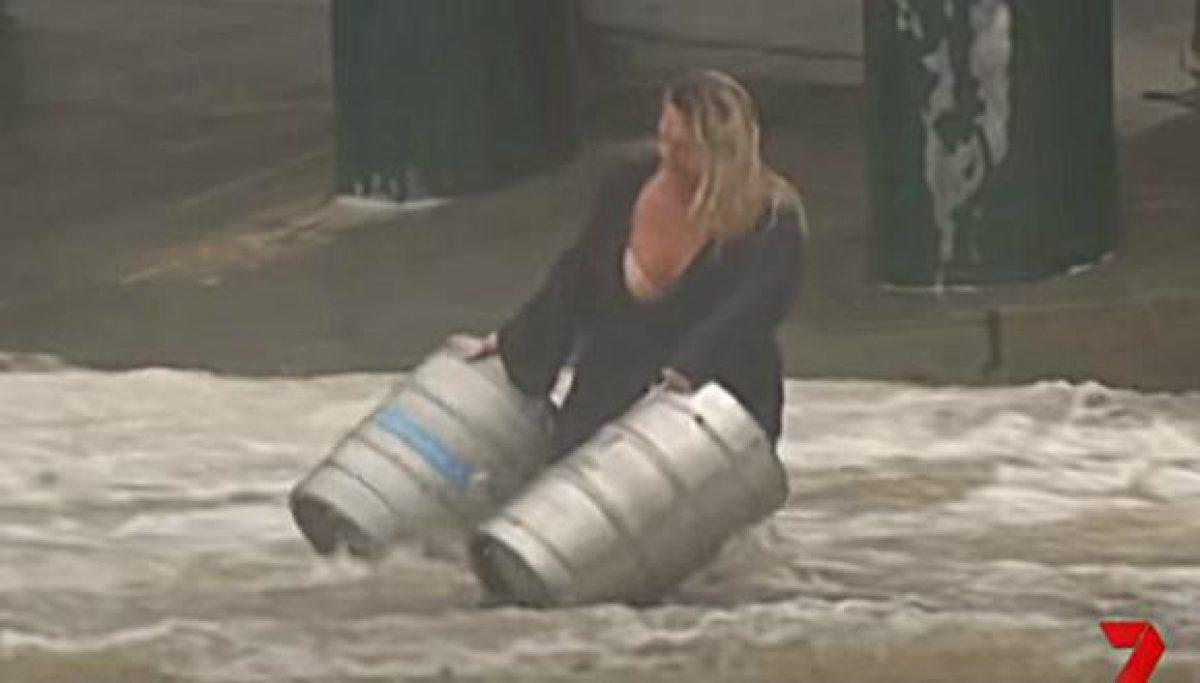 VIDEO | Cámaras captaron a una mujer que se lanzo a una inundación para salvar dos barriles de cerveza