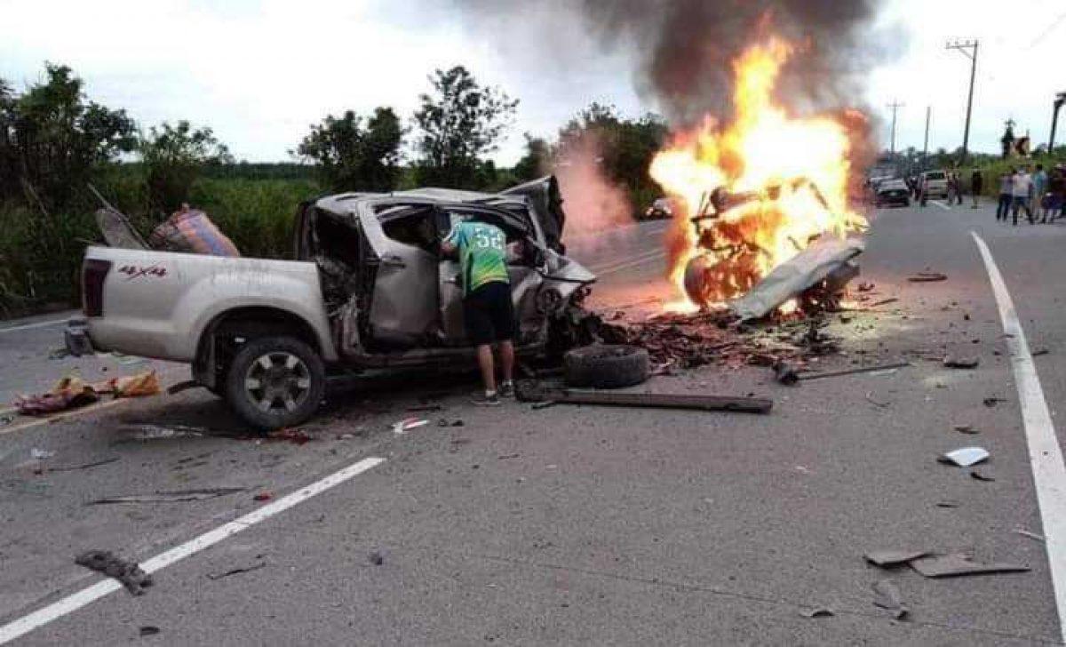 Terrible choque frontal de dos vehículos termina en incendio en la vía Quinindé - Santo Domingo