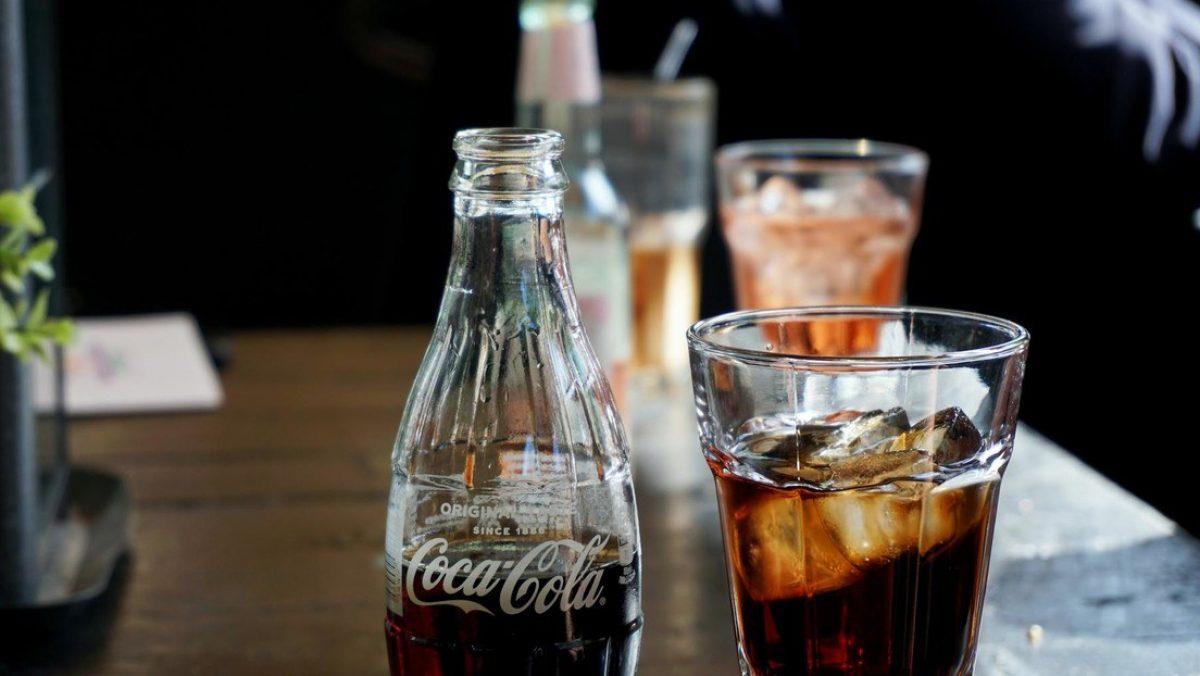 Realizan una prueba rápida de covid-19 sobre un vaso de Coca-Cola y da positivo