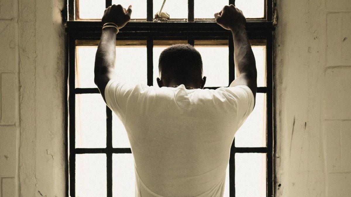 """Liberan al delincuente juvenil """"más viejo"""" de Estados Unidos: Entró con 15 años y salió con 83"""