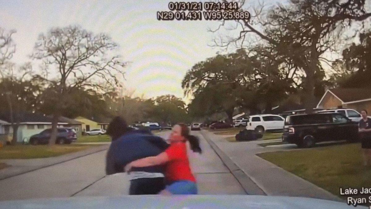 VIDEO   Mujer derribó a un sujeto que espiaba a su hija por la ventana