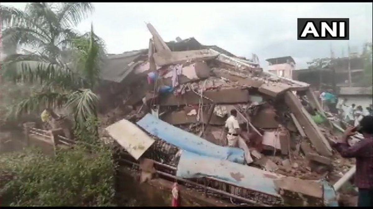 Un edificio se derrumba en India y policía teme que haya decenas de atrapados