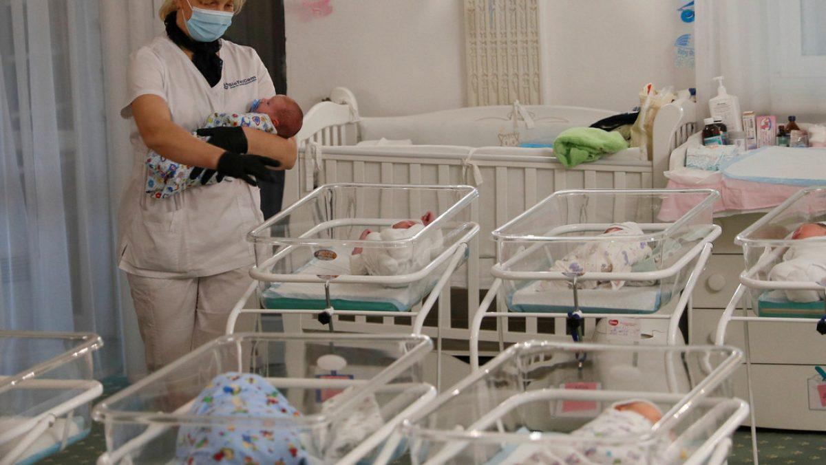 VIDEO | Una enfermera deja caer a un bebé recién nacido por atender su celular