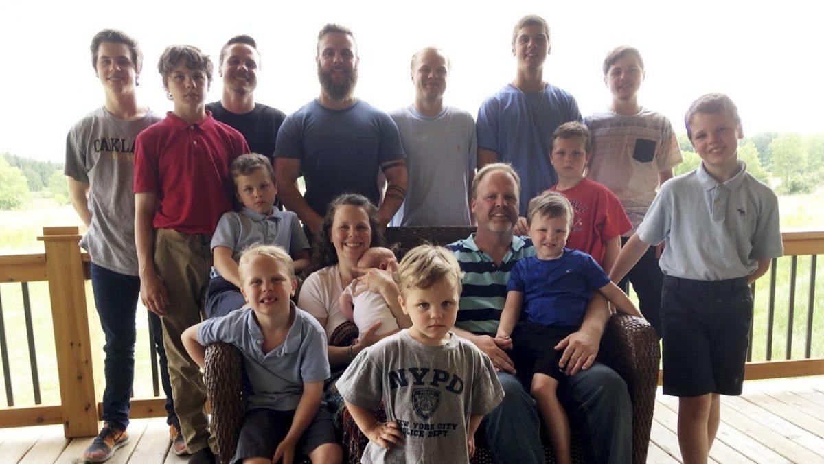 Familia con 14 hijos varones celebra el nacimiento de una niña