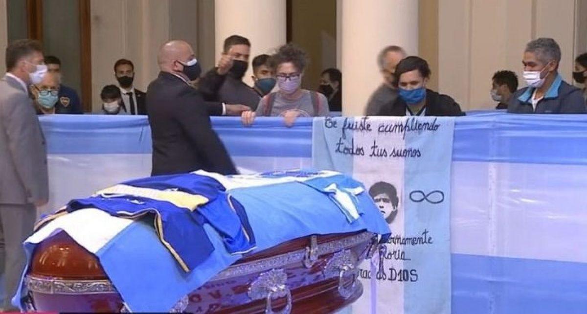 ÚLTIMO MOMENTO | Se llevan el féretro de Diego Maradona del salón que estaba siendo velado