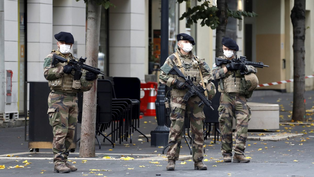 Macron anuncia el aumento de los militares involucrados en operaciones antiterroristas en Francia