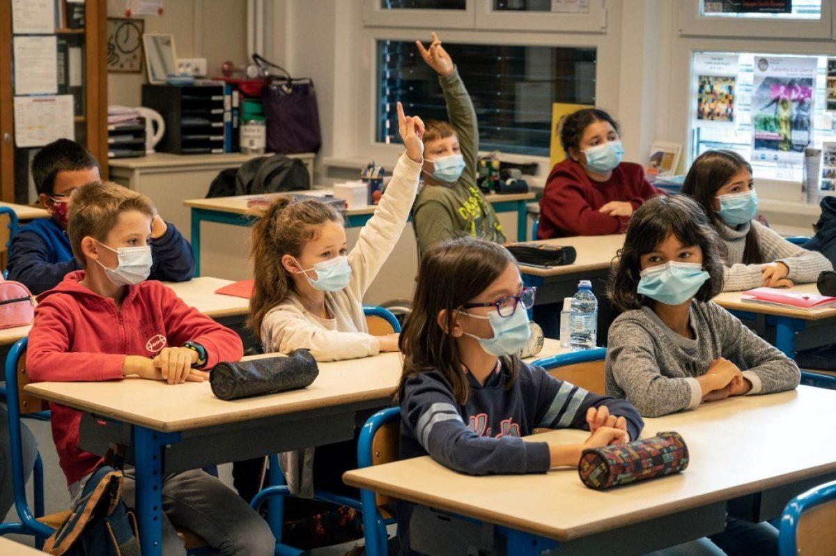 Pese al confinamiento, 12 millones de niños regresan a las aulas en Francia