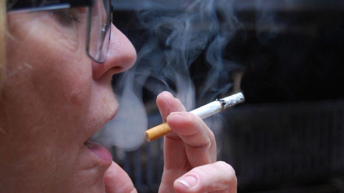 Mujeres fumadoras serían más propensas a sufrir de aneurismas cerebrales según estudio