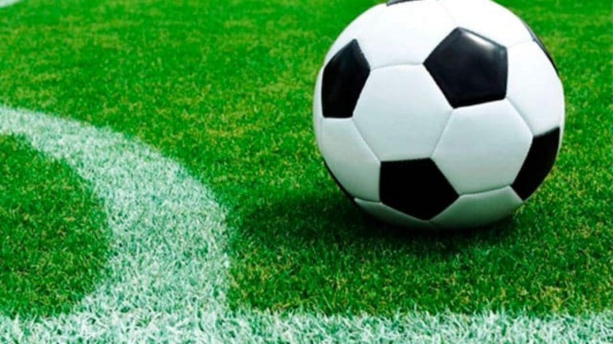 VIDEO: Un futbolista pierde el sentido tras un cabezazo en pleno partido