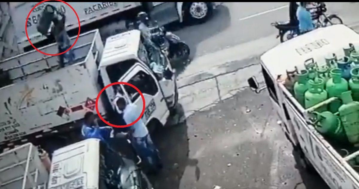 VIDEO | Hombre evita robo lanzando un tanque de gas al ladrón