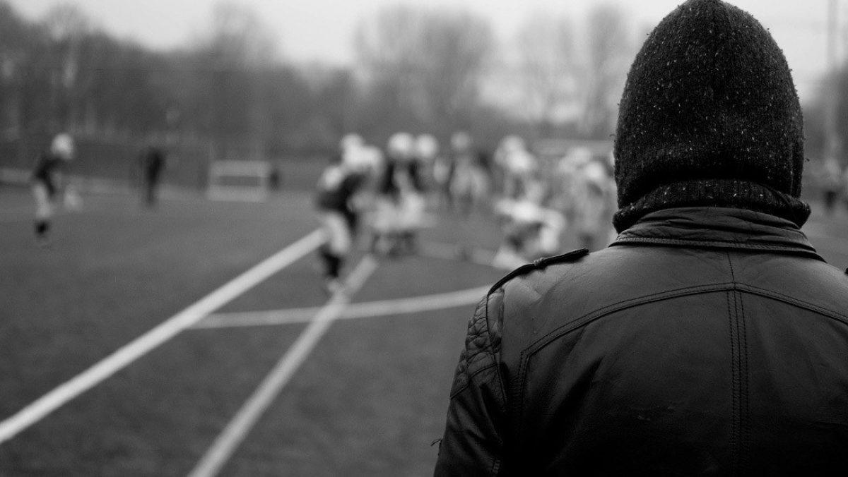 VIDEO | Entrenador de fútbol americano golpea a un jugador de 9 años en pleno juego