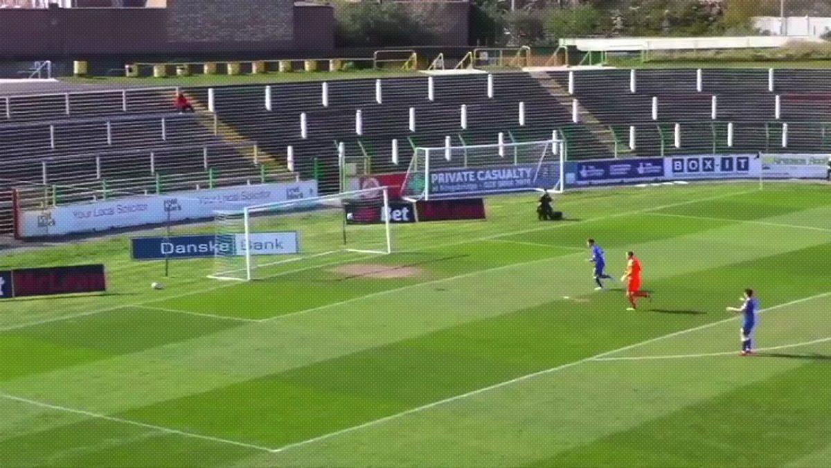 VIDEO: futbolista anota un gol espectacular con la cabeza a 36 metros del arco