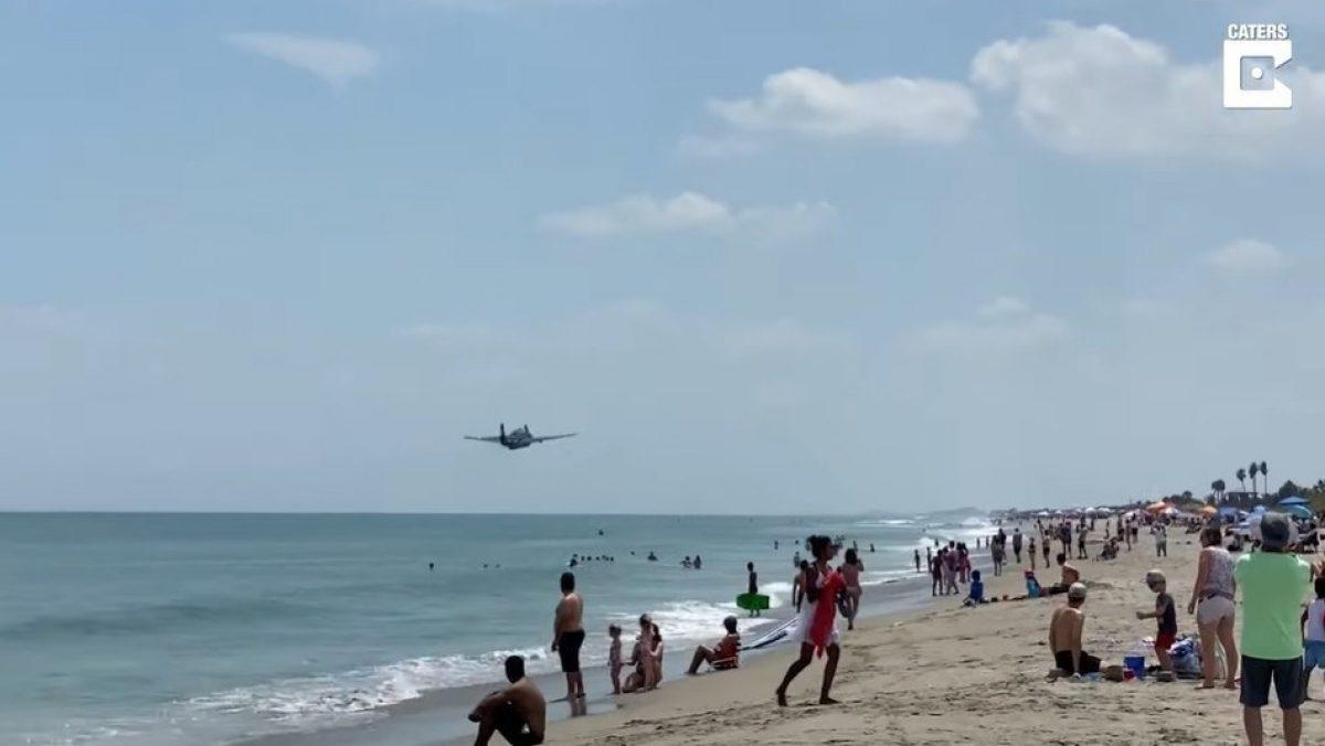 Graban sorprendente aterrizaje de emergencia de un avión en una playa llena de bañistas