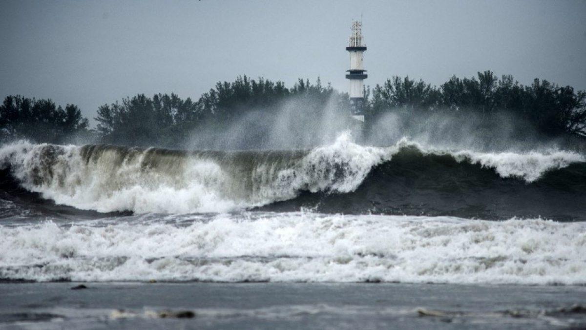 El poderoso huracán Grace toca tierra y descarga su furia en México