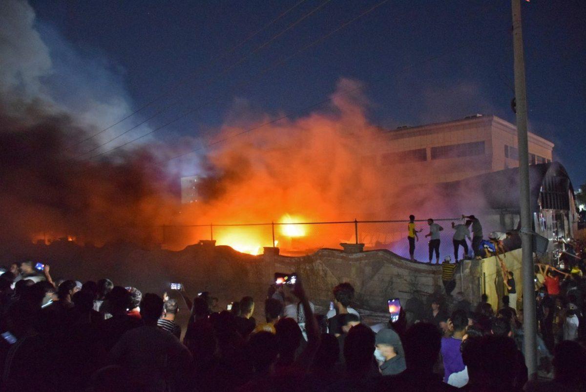 """""""Vinieron para curarse y salen en féretros"""", la rabia tras el incendio en un hospital de Irak"""