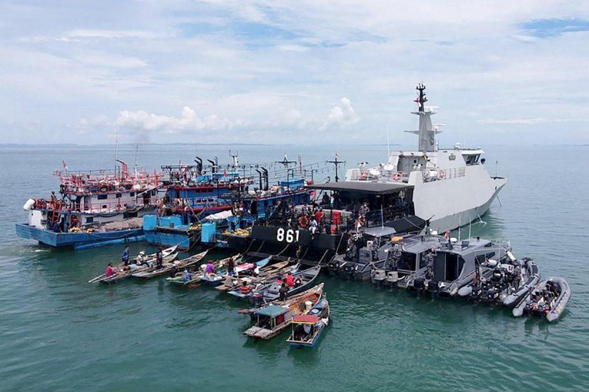 En Indonesia vacunan a pescadores en medio del mar