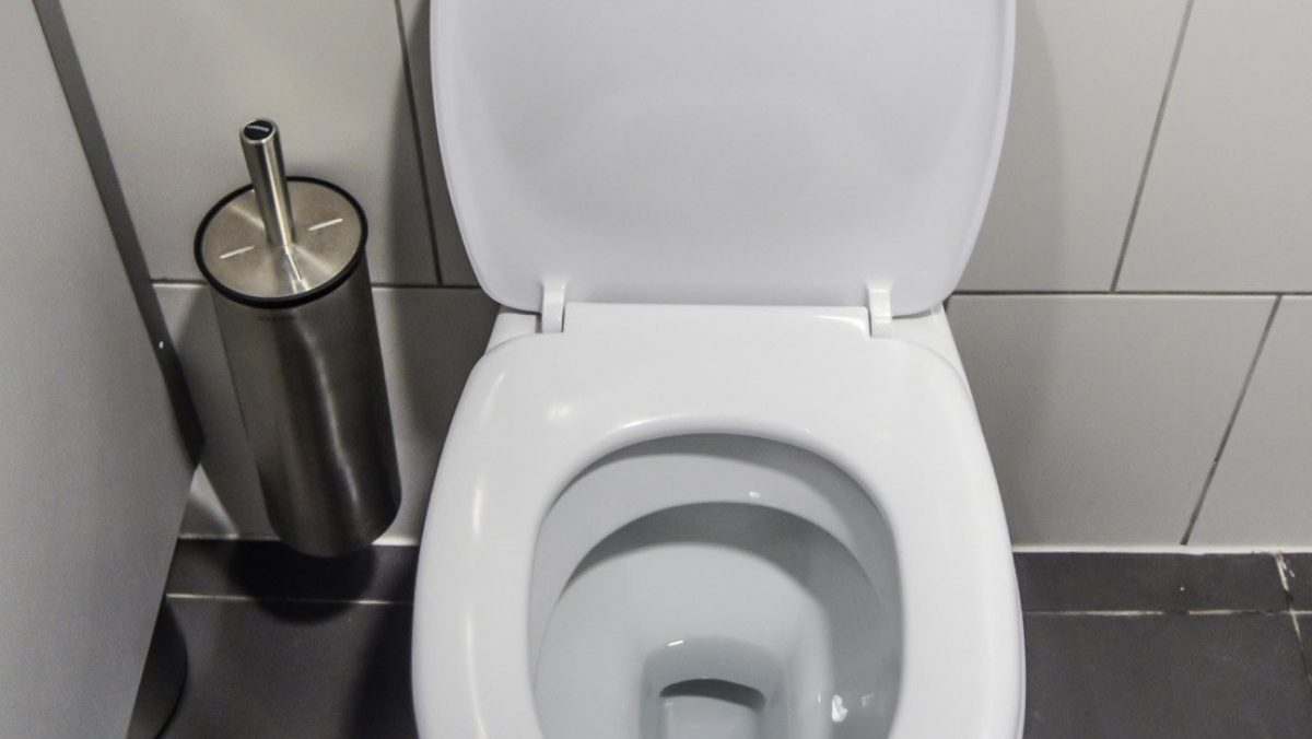 Cerrar la tapa del inodoro antes de tirar de la cadena podría ayudar a evitar la propagación del coronavirus